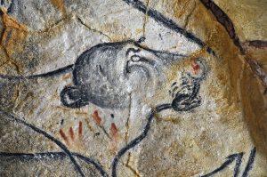 """© Claude DELHAYE/CNRS Photothèque Représentation pariétale d'une lionne des cavernes sur le fac-similé du """"panneau des chevaux"""" de la grotte de Vallon-Pont-d'Arc (dite grotte Chauvet). Découverte en 1994, cette grotte située en Ardèche est exceptionnelle de par son ancienneté (36 000 ans), la qualité de la conservation et la richesse de ses représentations pariétales. Pour faire découvrir ce lieu unique fermé au public, des fac-similés d'une vingtaine de panneaux sont visibles dans une vaste réplique de la grotte baptisée """"La Caverne du Pont-d'Arc"""". UMR5608 Travaux de Recherches Archéologiques sur les Cultures, les Espaces et les Sociétés 20140001_1266"""
